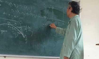 Thầy giáo Bách khoa mặc áo bệnh nhân, trốn viện đi dạy học