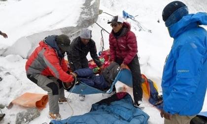 Những hình ảnh 'rùng mình' về cứu hộ động đất Nepal trên đỉnh Everest