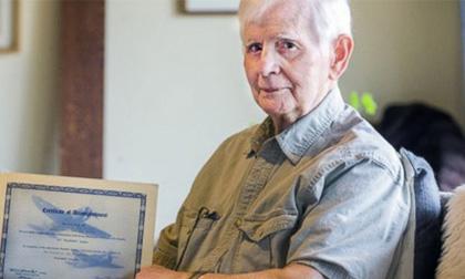 Khâm phục tấm gương cụ ông 94 tuổi tốt nghiệp đại học