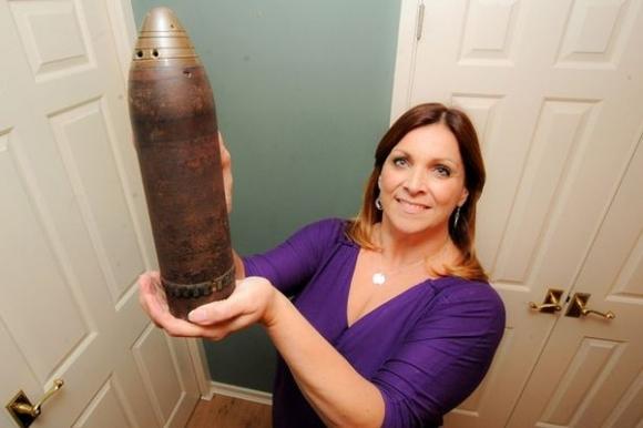 Người phụ nữ dùng quả bom chưa nổ làm bình hoa suốt 30 năm