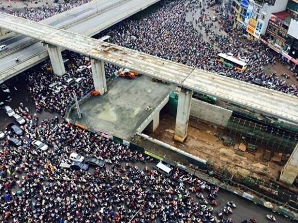 Hà Nội: Giao thông tê liệt hàng giờ, nhiều người bỏ xe lên thành cầu chụp ảnh