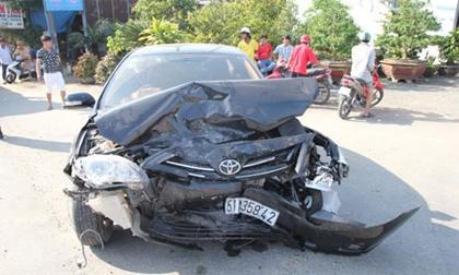 Hai ôtô tông nhau nát đầu, 2 người nhập viện, tắc đường 10km