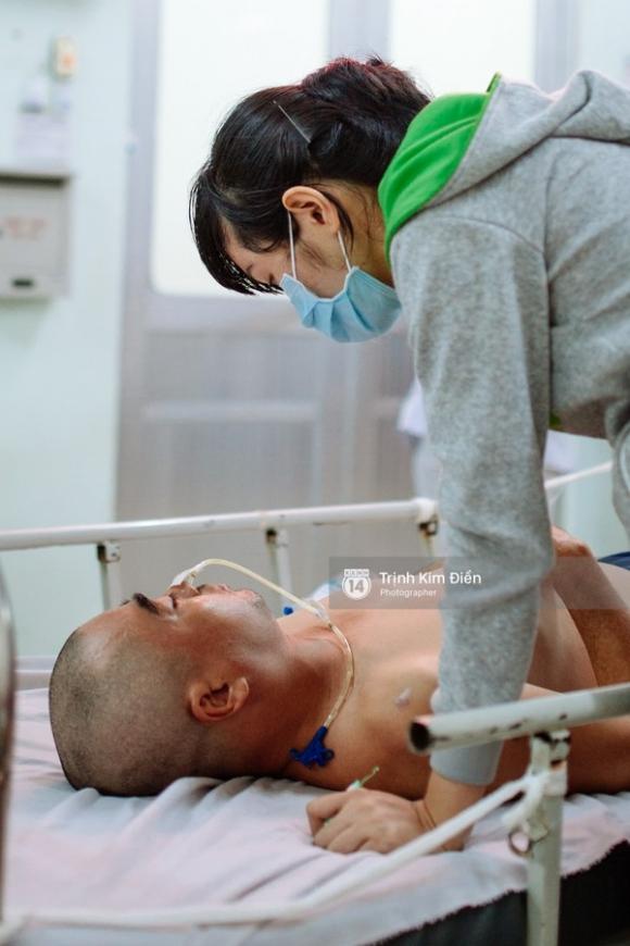Cái nắm tay đầy xúc động của vợ chồng Nguyễn Hoàng trước khi vào phòng mổ