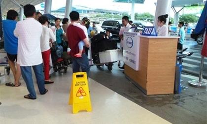 Hành khách trượt ngã vì mưa dột ở Tân Sơn Nhất