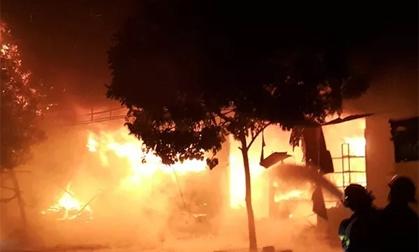 Hà Nam: Chợ Phủ Lý cháy dữ dội trong đêm, nhiều tiểu thương khóc ngất
