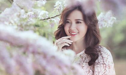 Mê mẩn ngắm hotgirl Midu giữa rừng hoa anh đào