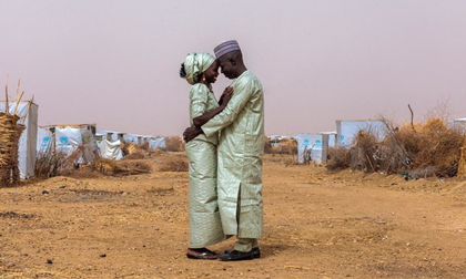 Nhìn vào hình ảnh này, ai nói rằng không thể tìm được hy vọng từ đống đổ nát chiến tranh?