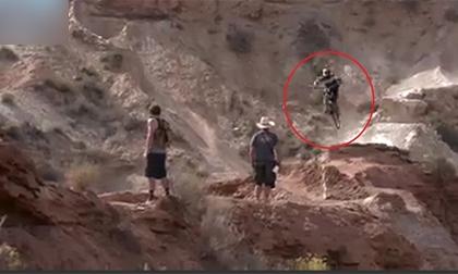 Nghẹt thở với pha thả dốc kiểu 'tự sát' của tay đua xe đạp địa hình