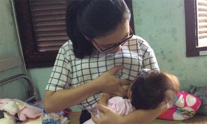 Nghẹn lòng em bé Lào Cai 14 tháng tuổi nặng 3,5 kg ngậm chặt bầu sữa của các mẹ