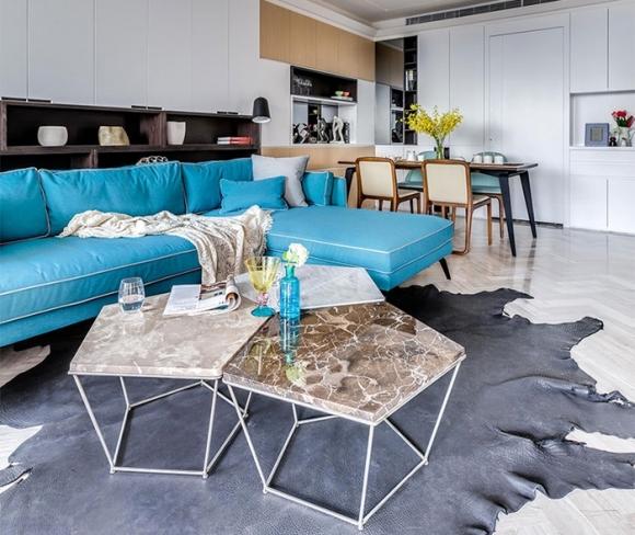 Phòng khách êm dịu với sắc xanh của sofa nhập khẩu