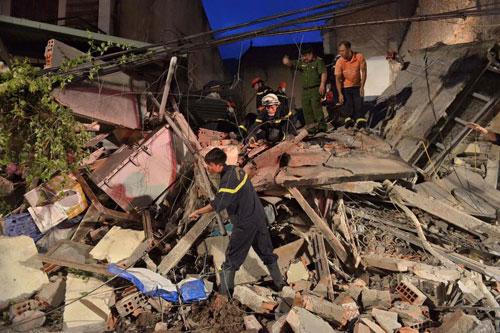 Sập nhà phố Cửa Bắc: Giải cứu được 2 nạn nhân - 2
