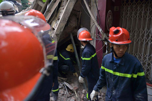 Sập nhà phố Cửa Bắc: Giải cứu được 2 nạn nhân - 7