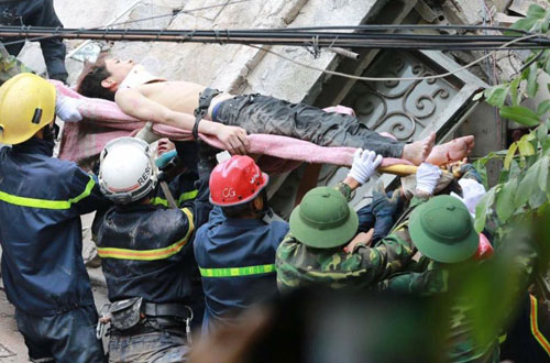 Sập nhà phố Cửa Bắc: Giải cứu được 2 nạn nhân - 1