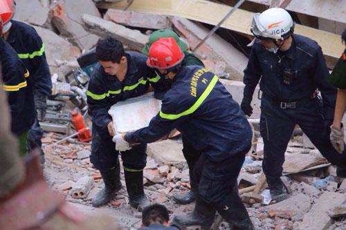 Sập nhà phố Cửa Bắc: Giải cứu được 2 nạn nhân - 11