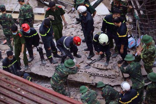 Sập nhà phố Cửa Bắc: Giải cứu được 2 nạn nhân - 12