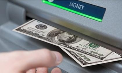 Vừa rút tiền ra khỏi trụ ATM thì bị đâm thấu bụng