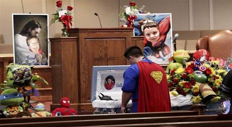 Để tưởng nhớ cậu bé thiệt mạng trong vụ bắn súng, tất cả những người đến dự đều mặc trang phục siêu anh hùng