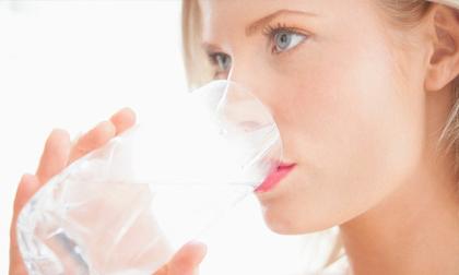 Uống quá nhiều nước so với nhu cầu có thể gây hại, thậm chí dẫn đến tử vong