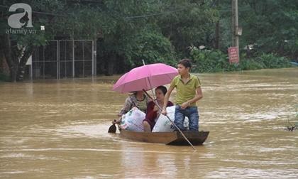 Người dân miền Trung cơ cực trong mưa lũ, có nơi phải di chuyển bằng thuyền