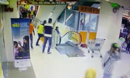 Bé gái 3 tuổi nguy kịch vì rơi xuống thang cuốn ở trung tâm thương mại