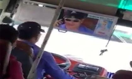 Nghe điện thoại chạy 50 km/h, tài xế xe buýt bị đình công tác