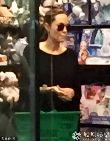 Angelina Jolie  0