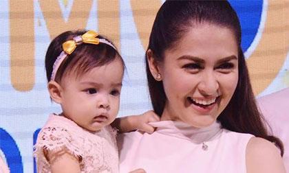 Con gái 'Mỹ nhân đẹp nhất Philippines' lần đầu tới sự kiện cùng mẹ