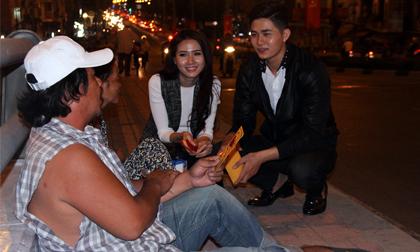 Ca sĩ Ray Võ cùng Phan Thị Mơ xuống phố đêm lì xì  cho người dân đường phố nghèo