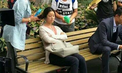 Mặc bầu bí, Lâm Tâm Như vẫn đội mưa trên phim trường