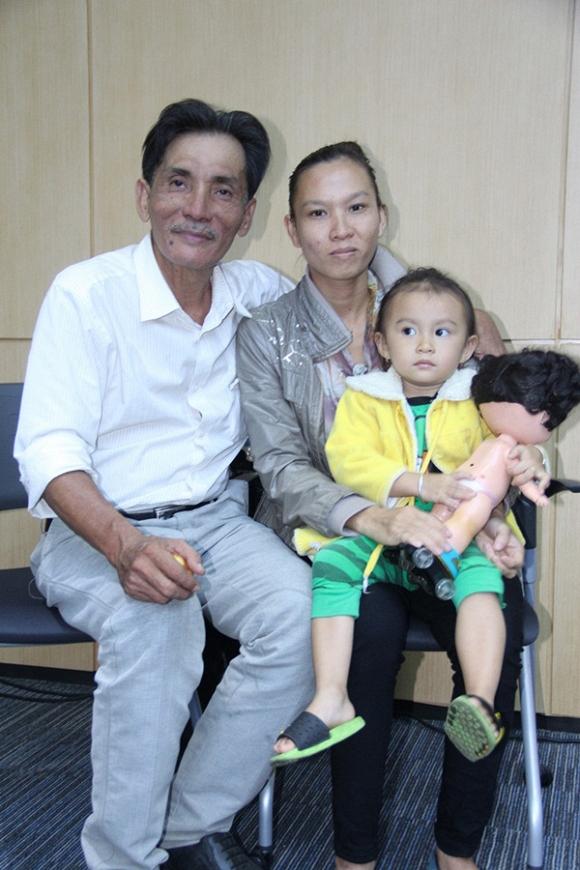 Thương Tín lần đầu khoe vợ trẻ và con gái 2 tuổi 5