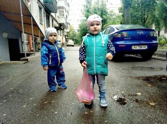 Em trai út Daniil và chị gái Anna. (Ảnh: East2West)