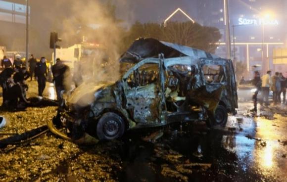 Theo Reuters, chưa đầy một phút sau vụ đánh bom tự sát thì vụ nổ bom xe xảy ra. Các quan chức cho biết một trong hai vụ đánh bom này là nhằm mục tiêu tấn công cảnh sát. (Ảnh: Reuters)
