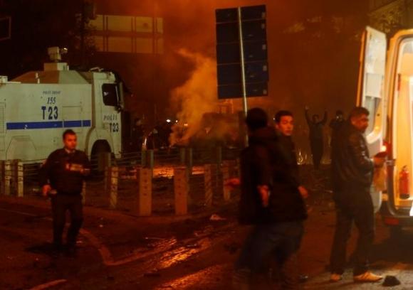 Hiện tại, sau khi tuyên bố quốc tang, Thủ tướng Binali Yildirim đã ra lệnh treo cờ rủ để tưởng nhớ các nạn nhân. (Ảnh: Reuters)