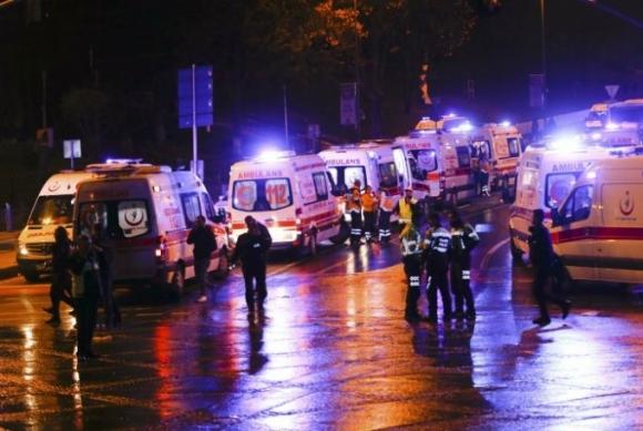 Xe cứu thương và cảnh sát được huy động để đưa những người bị nạn đi cấp cứu. (Ảnh: Reuters)