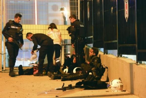 Trong số những nạn nhân thiệt mạng có 27 cảnh sát và 2 dân thường. (Ảnh: Reuters)