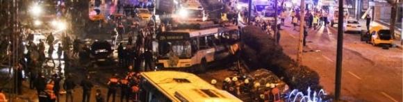 Reuters dẫn lời Bộ trưởng Nội vụ Thổ Nhĩ Kỳ, ông Suleyman Soylu cho biết ít nhất 29 người thiệt mạng và 166 người bị thương sau một vụ đánh bom xe và một vụ bị nghi là đánh bom tự sát diễn ra bên ngoài sân vận động Vodafone Area. (Ảnh: Getty)