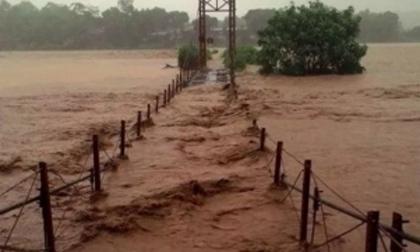 Không khí lạnh áp sát biên giới, lũ lụt hoành hành Trung Bộ