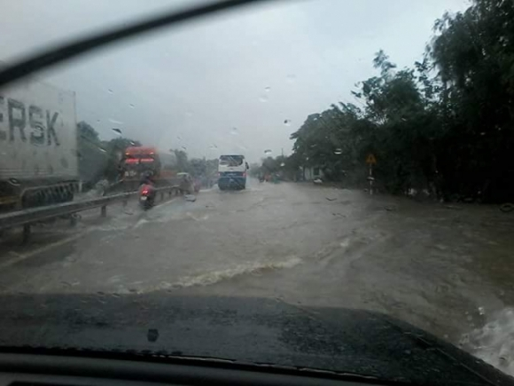 Do mực nước lên nhanh nên đã khiến Quốc lộ 1A có đoạn bị ngập sâu hơn 0,5m.