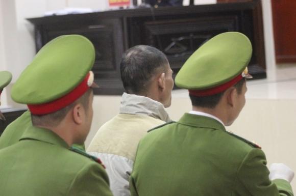 Bị cáo được 5 chiến sĩ Công an kiểm soát.