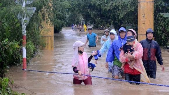 Người nhà các học trò Trường mẫu giáo An Hiệp, huyện Tuy An (Phú Yên) vui mừng đón con em mình sau khi được các cô giáo cứu thoát. (Ảnh: Tuổi trẻ).