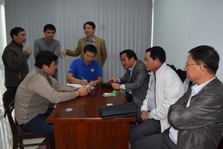 Đại tá Lê Quốc Hùng - Giám đốc Công an tỉnh TT Huế (áo trắng, ngồi giữa) đang trực tiếp đấu tranh đối tượng gây án.