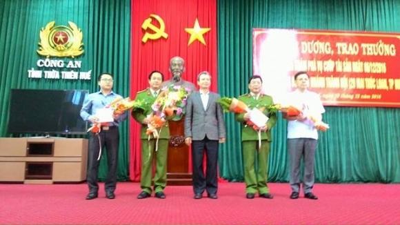 Ông Lê Trường Lưu, Bí thư Tỉnh ủy Thừa Thiên - Huế (người giữa) trao thưởng cho các đại diện đơn vị trong chuyên án.