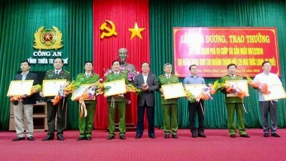 Ông Nguyễn Văn Cao - Chủ tịch UBND tỉnh Thừa Thiên - Huế (người giữa) trao hoa và Giấy khen cho các đơn vị trong chuyên án. (Ảnh: Đăng Hậu)