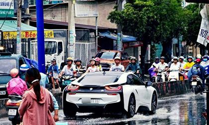"""BMW i8 biển tứ quý 9 """"bơi"""" giữa đường Sài Gòn ngập lụt được thế giới chú ý"""