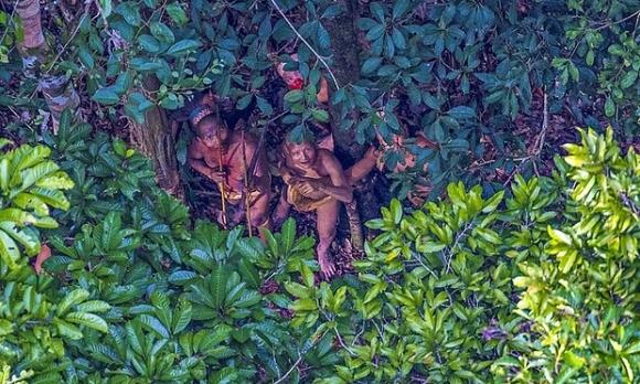 Bức ảnh chụp lại bộ lạc người nguyên thủy sống biệt lập với nền văn minh nhân loại trong rừng rậm Amazon. (Ảnh: Ricardo Stuckert)