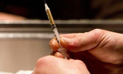 Cầm kim tiêm dính máu đe dọa nhiễm HIV phạm tội gì?
