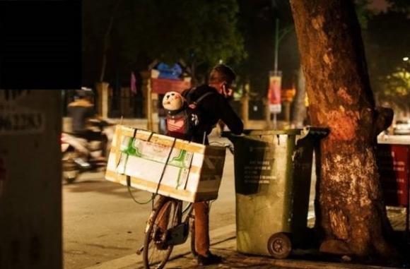 Ông bố 'địu con nhặt rác' từng cầm cắm sổ lương, bắt bố mình đi ăn xin