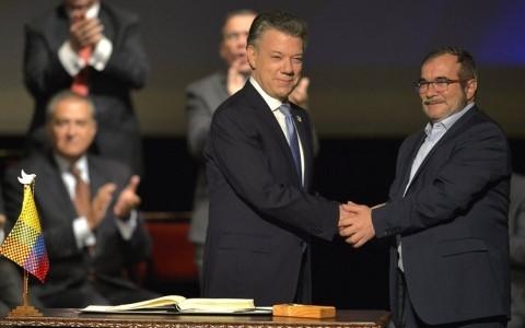 Ngày 24/11, Tổng thống Colombia Juan Santos và thủ lĩnh tối cao FARC Rodrigo Londono đã ký bản thỏa thuận hòa bình cuối cùng mở ra một giai đoạn mới trong lịch sử của quốc gia Nam Mỹ.   Không chỉ người dân Colombia, cộng đồng quốc tế cũng hy vọng rằng trong tương lai Colombia sẽ được sống trong hòa bình sau hơn 50 năm nội chiến đẫm máu, với cái giá mà phải trả là 260.000 người thiệt mạng và 6,9 triệu người phải rời bỏ nhà cửa của mình. (Ảnh: AFP)
