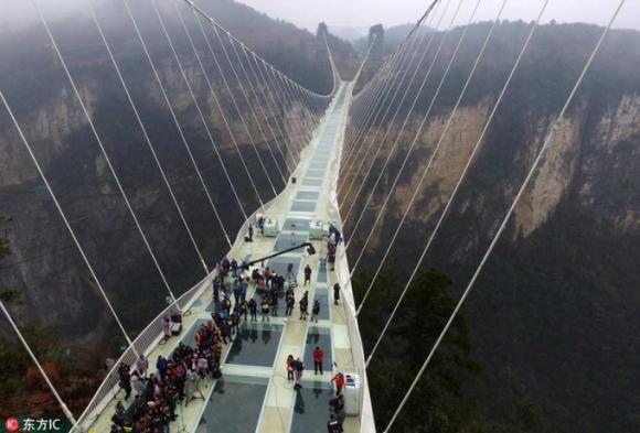 Cuộc thi sức chịu đựng trong thùng đá được tổ chức trên cây cầu treo dài nhất và cao nhất thế giới tại thành phố Zhangjiajie thuộc tỉnh Hồ Nam, Trung Quốc (Ảnh / IC)