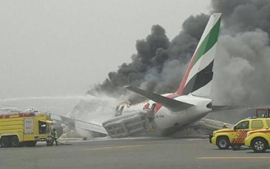 Ngày 3/8, chuyến bay EK521 của hãng Emirates đã hạ cánh bằng bụng, bốc cháy trên đường băng ở Dubai. Tuy nhiên may mắn là tất cả 275 hành khách và tổ bay đã kịp thoát ra và được sơ tán đến nơi an toàn. (Ảnh: The Hindu)